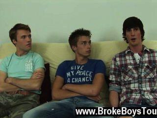 同性戀xxx切換它,他們坐下來在被褥,ashton在