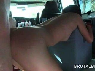 甜亞洲業餘青少年unt撞撞狗在公共汽車上
