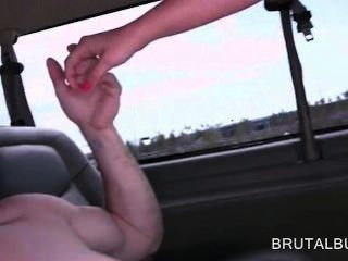 業餘hottie填充她的屁股大迪克在性公共汽車