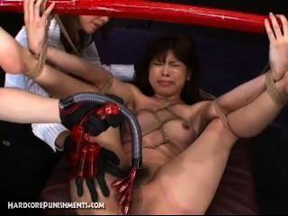 日本性奴隸綁竹桿和用機器硬