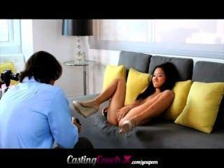 美麗的小亞洲顯示她可以在鑄造沙發上做什麼