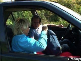 他從路上拿起oldie,在車裡亂搞