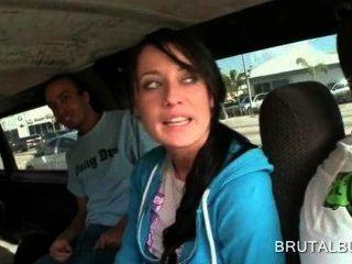 精湛的黑髮女孩談到了在公共汽車上做愛