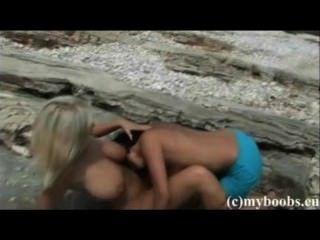 波蘭豐滿的女同性戀者ines cudna和extasi在海灘