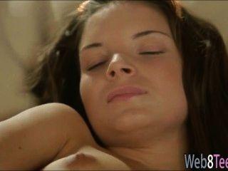 黑髮anita指法她的陰部