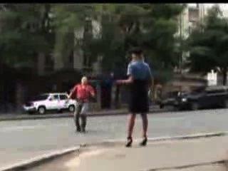 性感的警察女人在公共場合失去了她的裙子