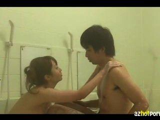 蕩婦在浴室裡表演口交