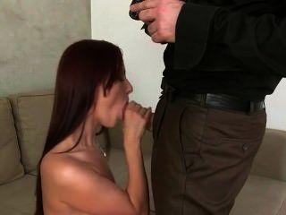 黑髮性交和creampied在沙發上