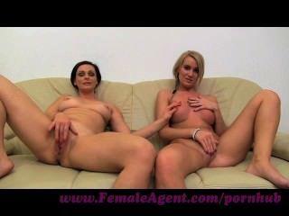 女性。milf自慰與幸運的女孩在沙發上