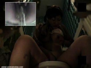 毛茸茸的陰部廁所自慰