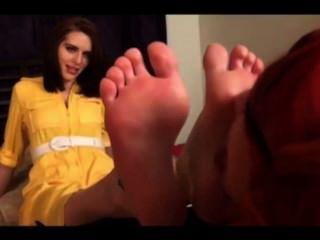 可愛的女同性戀者崇拜腳