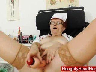 頭的護士從業者戲弄她的笨蛋