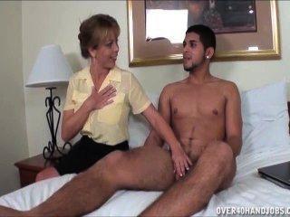 淘氣的米爾夫跳出一個赤裸的年輕傢伙
