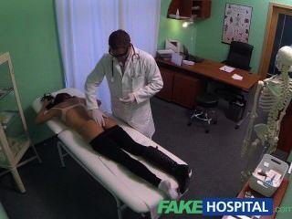 有凶手身體的fakehospital少婦抓住照相機的性交