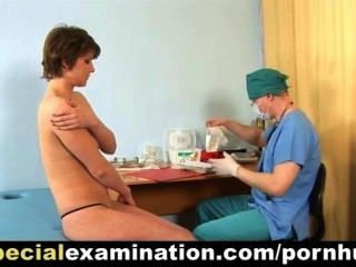 害羞的小姐的特別醫學檢查