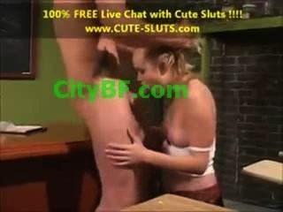 女孩在業餘的女孩與小山雀和大陰戶嘴唇在肛交性愛高清