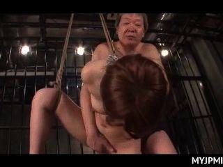 捆綁和籠子日本裸體milf性交在她的狹縫
