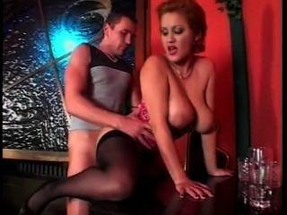 有大自然山雀的性感的俏麗的女服務員