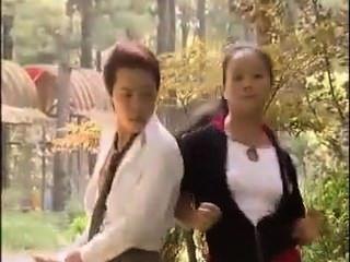 幸運的亞裔人使2個女孩尖叫。