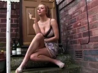 熱的女朋友抽煙的外面在門階上