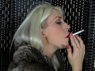 俏麗的巴黎為票據蜂蜜抽煙