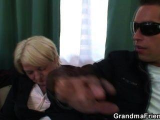 兩個兄弟拿起和他媽的醉酒的奶奶