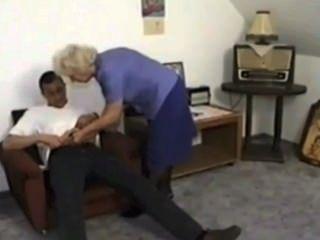 奶奶小便和從年輕男孩satyriasiss吃