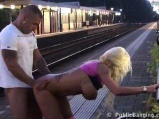 夫婦他媽的在公共在火車站