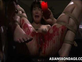 亞洲寶貝得到她的私人蠟覆蓋。