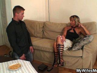 妻子發現他他媽的母親在法律