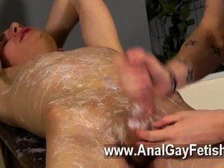 鐵桿同性戀亞當是一個真正的專業,當談到開裂