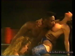 兩個妓女在池裡吸黑人