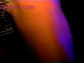 熱的舞蹈女孩獲得樂趣在更衣室貓手淫shav