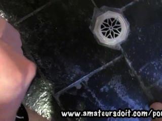 阿瑟19yo苗條和毛茸茸的澳大利亞業餘愛好者在浴室裡跳動