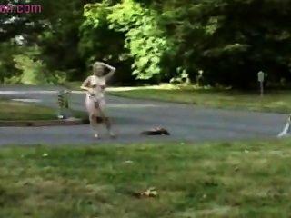成熟和白膚金發的婦女在公開得到裸體