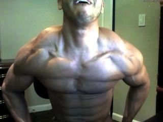 熱網絡攝像頭男孩大肌肉的身體和巨大的迪克