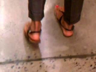 性感的涼鞋的熱的阿拉伯人坦率的腳