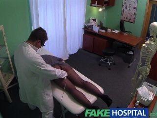 假醫院g點按摩得到熱的深色的患者濕