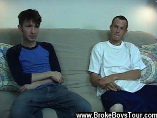同性戀twinks,因為他正在提他的他媽的棒,他可能