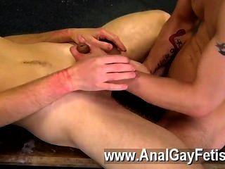 同性戀電影dan是最熱的年輕人之一,與他緊的身體