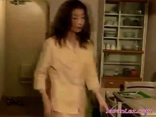 2個亞洲女孩親吻熱情地吸吮乳頭在走廊上和舔