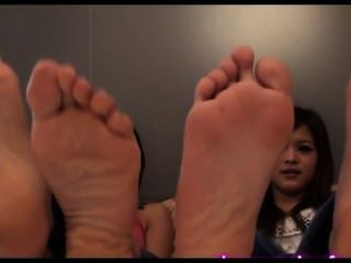 可愛的亞洲女孩腳戲弄襪子