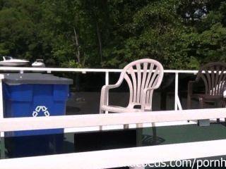 比基尼泳裝閃光和裸體曬日光浴的女孩在度假在密蘇里lak