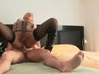 性感的金發寶貝得到了她的屁股