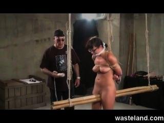 地牢主人綁起柔順的黑髮,使她兼性玩具