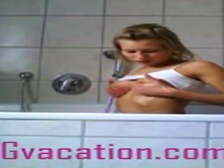 德國流浪漢展示她的熱的身體在浴缸