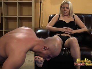 金發女郎告訴順從舔和吃腳