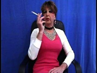 老妓女抽煙