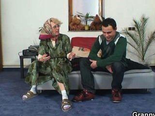 孤獨的老奶奶喜歡一個完全陌生的人