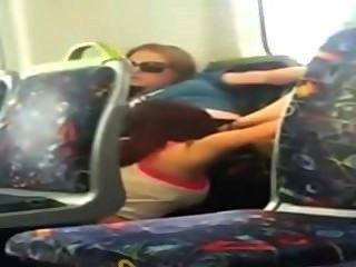 女同性戀的女孩在電話凸輪吃了她的朋友在火車上